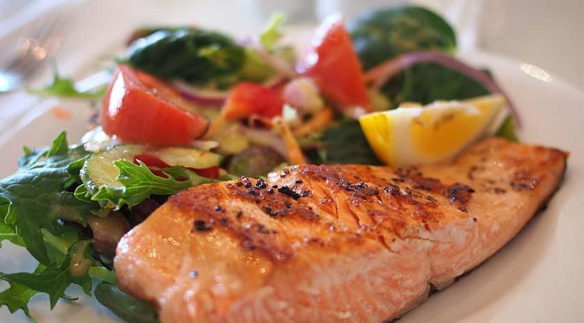 salmón con ensalada
