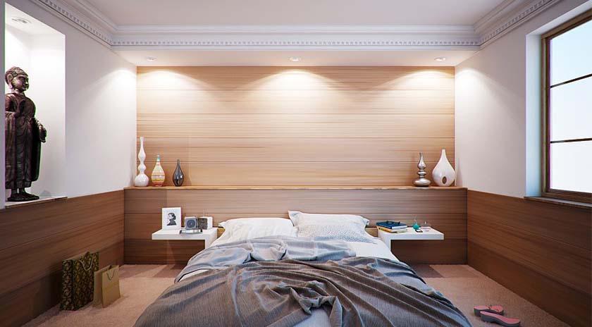 una habitación con la cama desecha